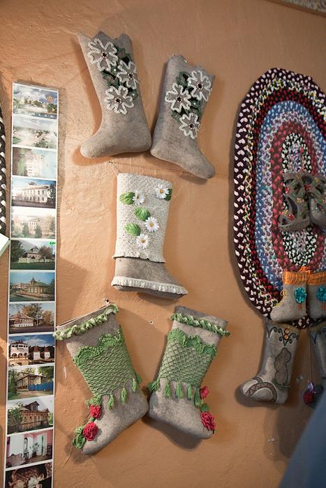 Красивые валенки в музее города Мышкин. Фото