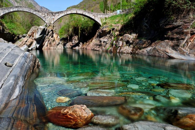 Река Верзаска в Швейцарии - самая прозрачная в мире. Мост. Фото