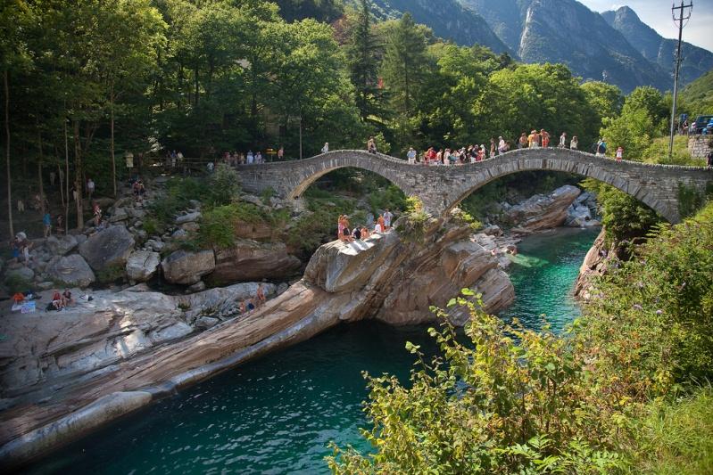 Река Верзаска в Швейцарии - самая прозрачная в мире. Арочный мост. Фото