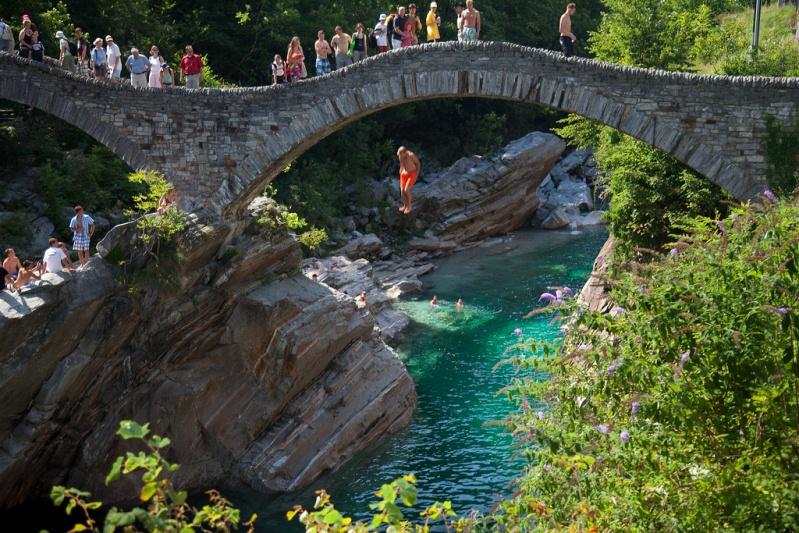 Река Верзаска в Швейцарии - самая прозрачная в мире. Прыжок с моста. Фото
