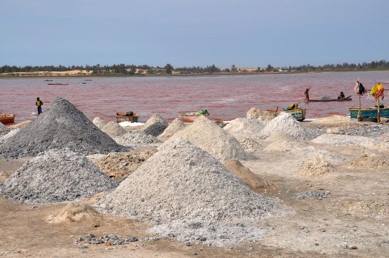 Добыча соли на озере Ретба в Сенегале. Фото