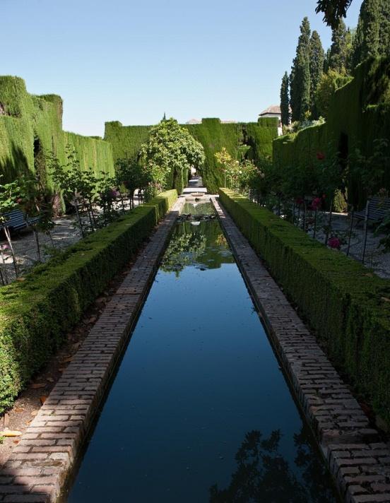 Прекрасные сады Хенералифе в Гранаде. Испания. Фото