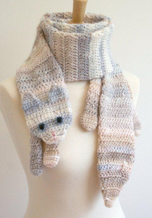Вязаный полосатый шарф-кот.