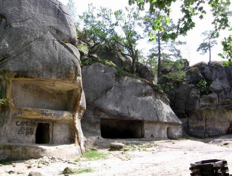 Карстовые соляные пещеры в парке Синевир. Фото