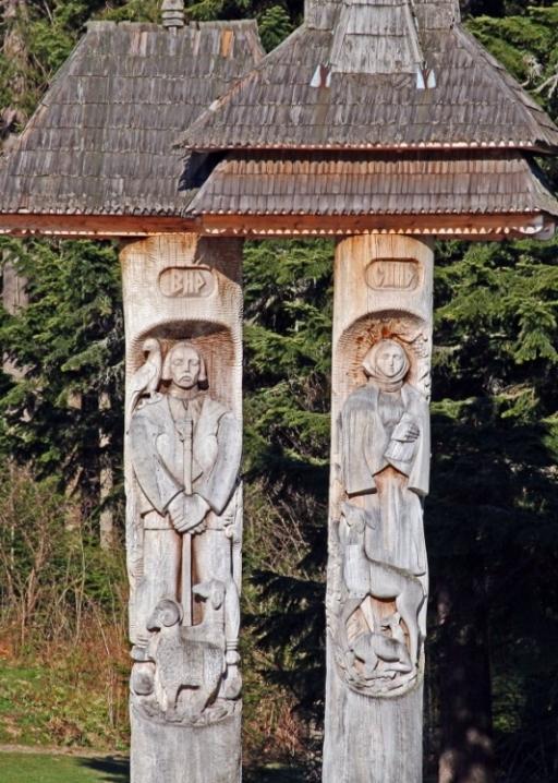 Резные фигурыСинь и Вир на озере Украинских Карпат. Фото