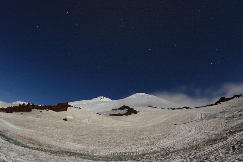 Звездное небо над горой Эльбрус