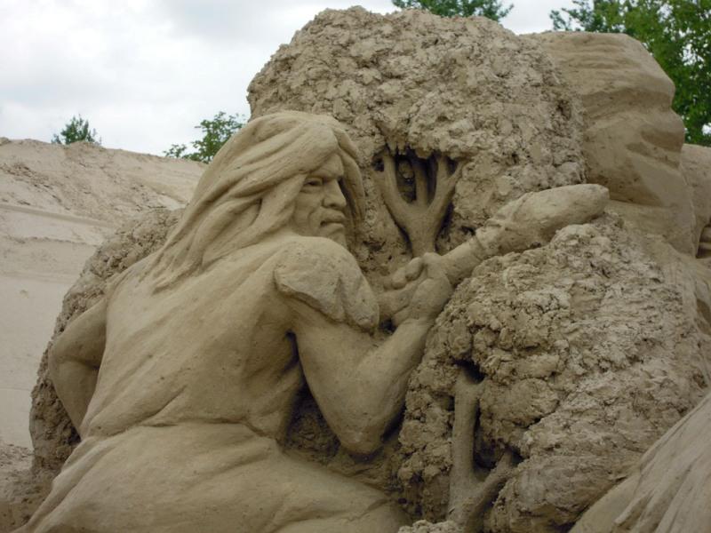 Первобытный человек. скульптура из песка, Лаппеенранта, Финляндия. фото
