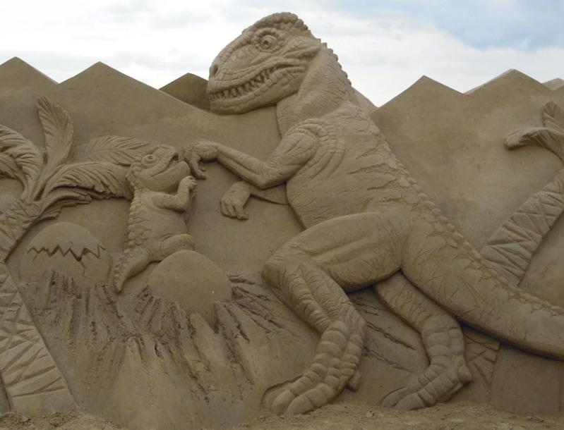 Динозавр и детеныш. скульптура из песка, Лаппеенранта, Финляндия. фото