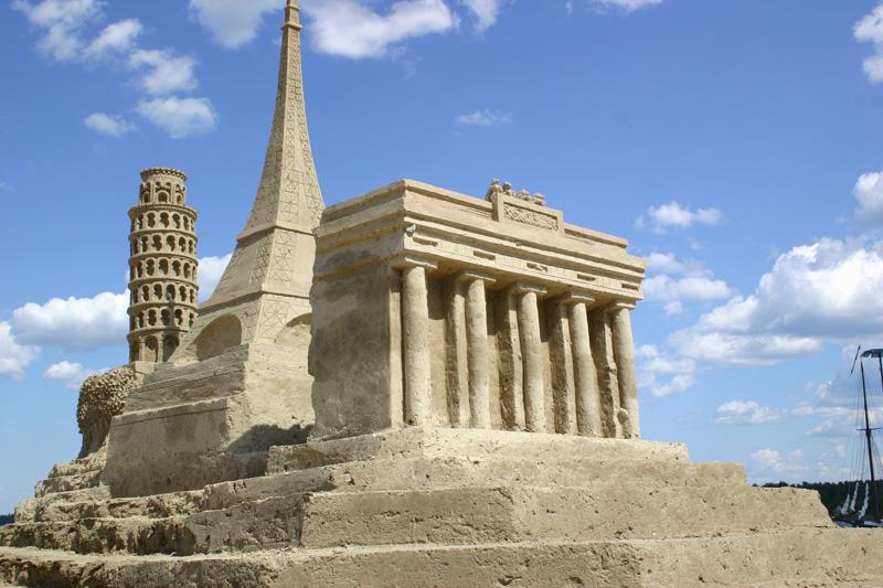 Пизанская башня, Эйфелева башня, Парфенон из песка, Лаппеенранта, Финляндия. фото