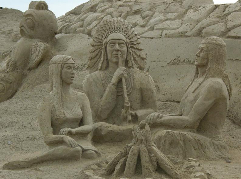 Индейцы, трубка мира. скульптура из песка, Лаппеенранта, Финляндия. фото
