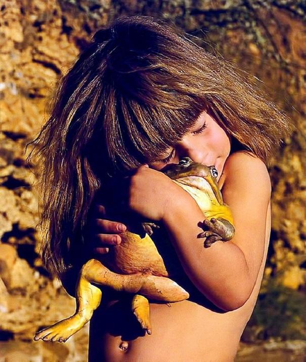 Типпи Дегре и лягушка. Девочка-Маугли в Африке. Фото
