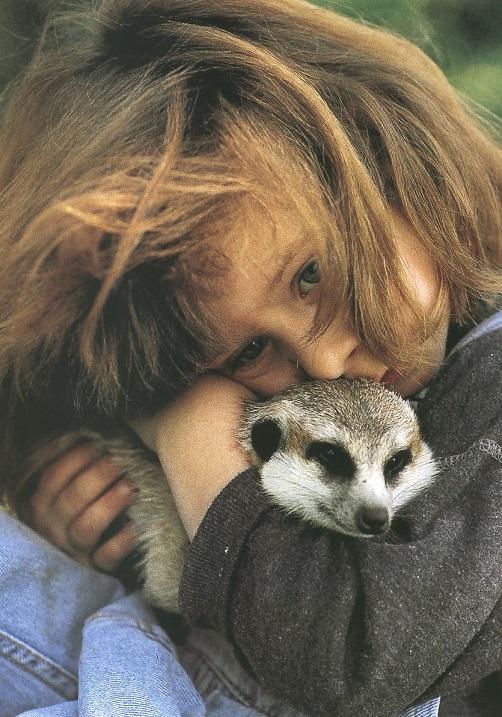 Типпи Дегре обнимает суриката. Девочка-Маугли в Африке. Фото