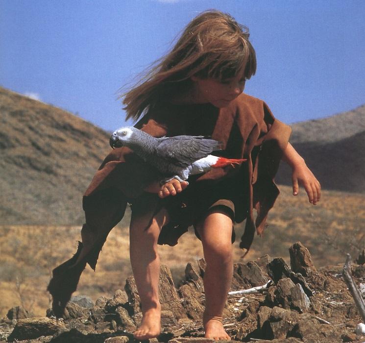 Типпи Дегре с попугаем. Девочка-Маугли в Африке. Фото