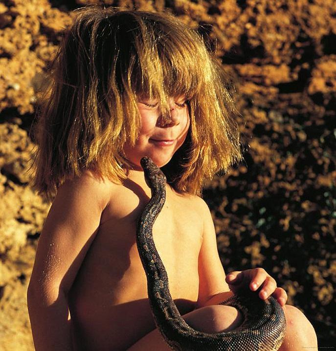 Типпи Дегре и змея. Девочка-Маугли в Африке. Фото