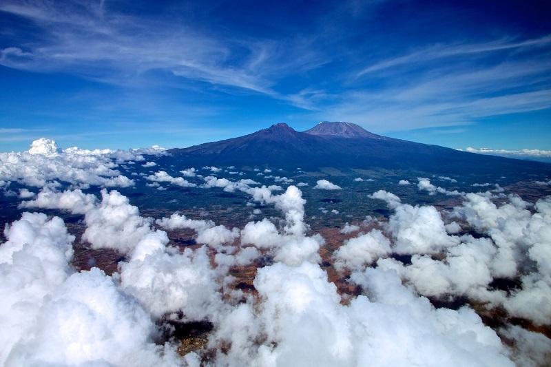 Вид на Килиманджаро с высоты. Африка. Фото