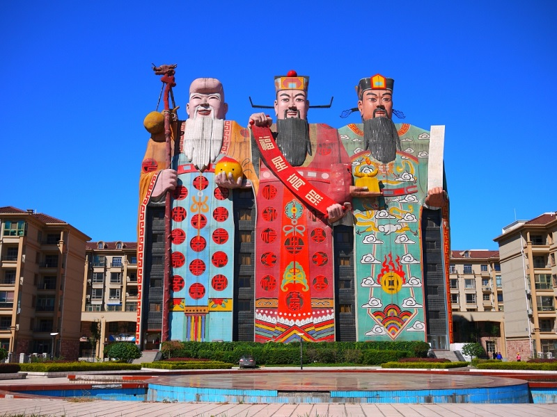 Необычный отель в виде трех китайских богов удачи. Фото