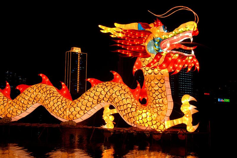 Праздник фонарей в Китае. Фонарь-дракон. Фото