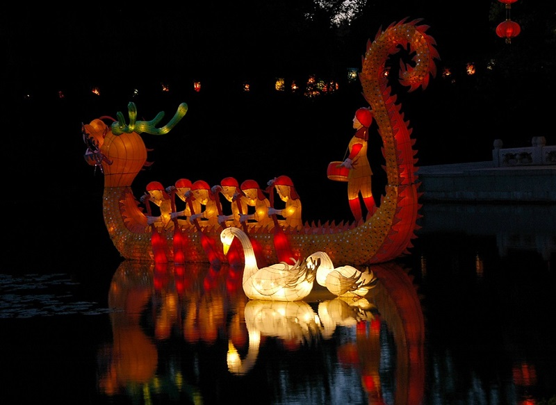 Красивые фонари на воде во время праздника в Китае. Фото