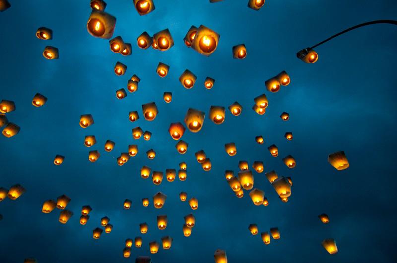 Летящие китайские фонари в небе. Фото