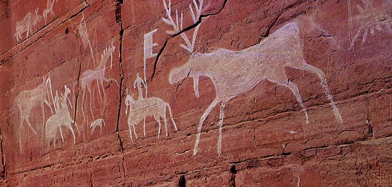наскальные рисунки в национальном парке Ленские столбы. Фото
