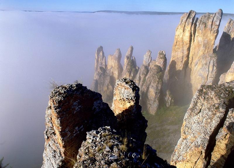 Ленские столбы в Якутии. Скалы в тумане. Красивое фото