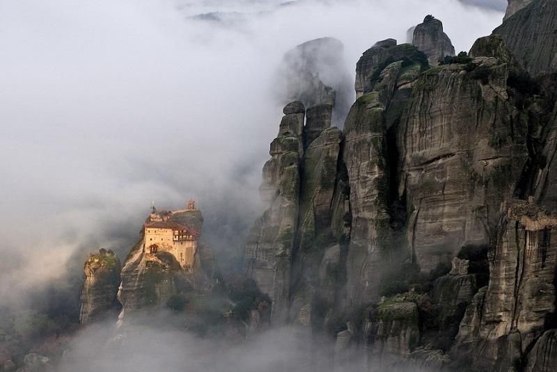 Монастырь парящий в воздухе. Греция. Фото