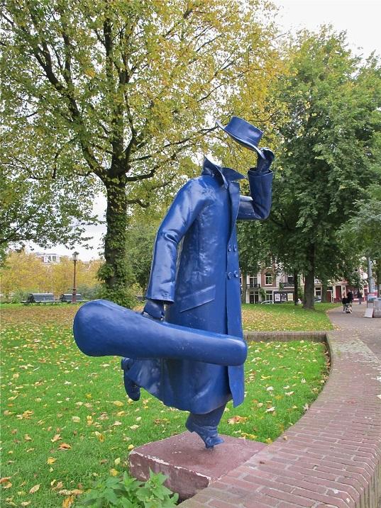 Памятник человеку-невидимке со скрипкой в Амстердаме. Фото