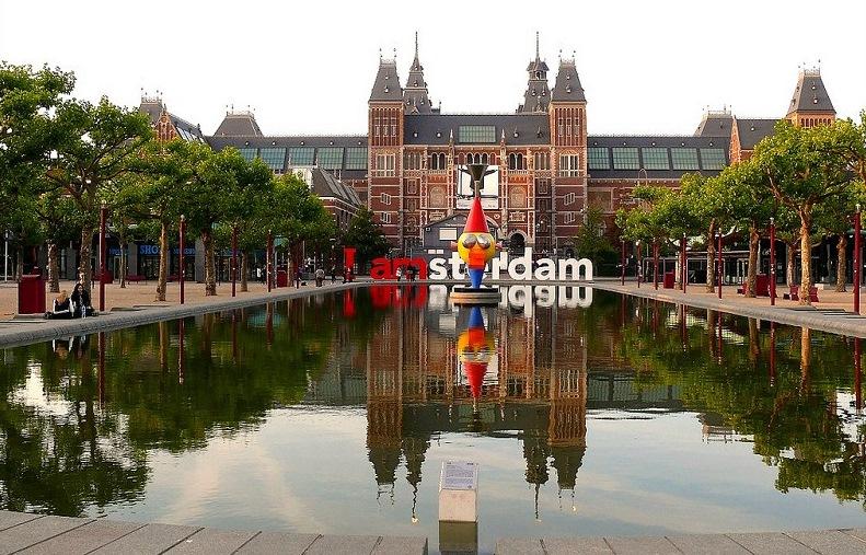 Скульптура в виде надписи I AMsterdam в Амстердаме. Фото