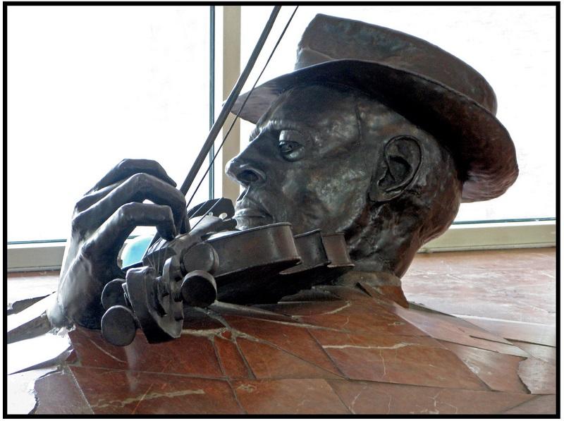 Скульптура скрипача в Амстердаме. Фото