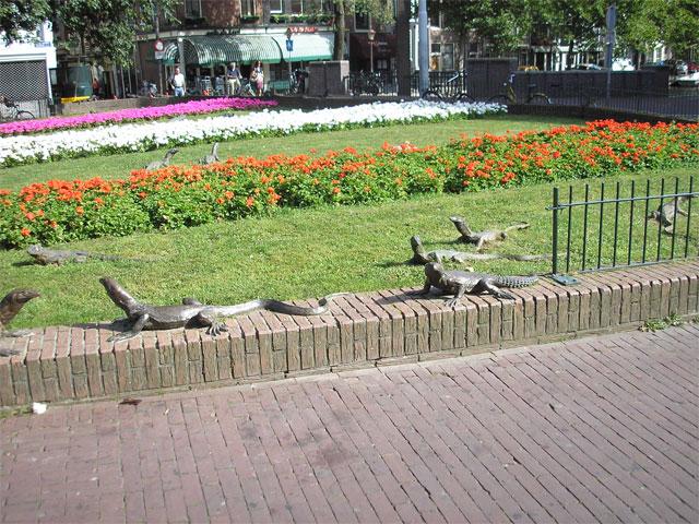 Скульптуры ящерицам в Амстердаме. Фото