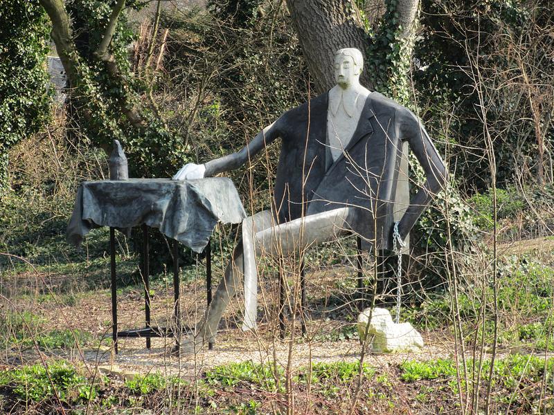 Памятник-Мужчина на пикнике. Амстердам. Фото