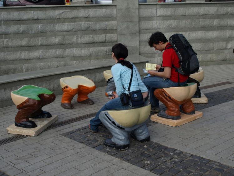Скульптура в Казани - стульчики в штанах. Фото