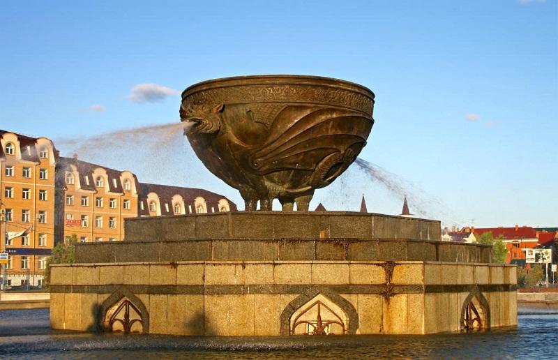 Скульптура в Казани - фонтан в виде казана. Фото