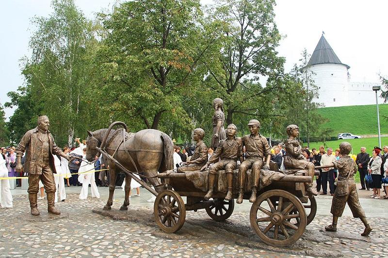 Скульптура Благотворителю в Казани. Фото