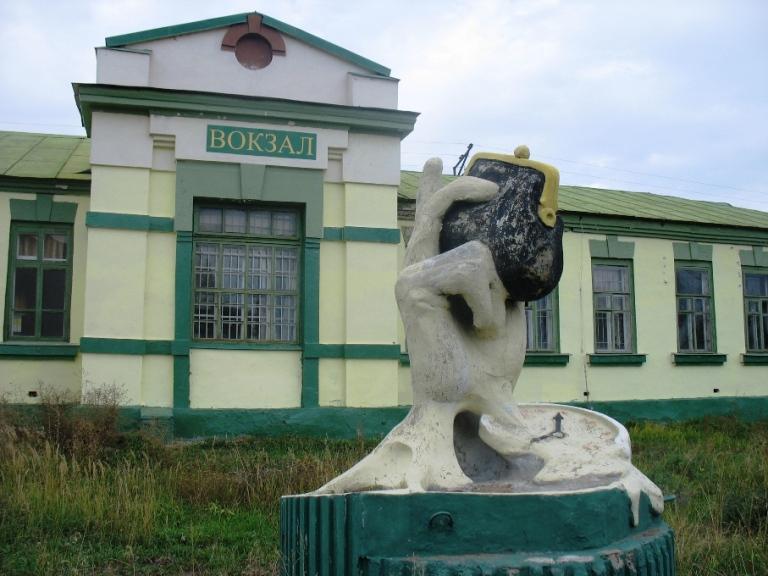 Скульптура в Казани - рука держащая кошелек. Фото