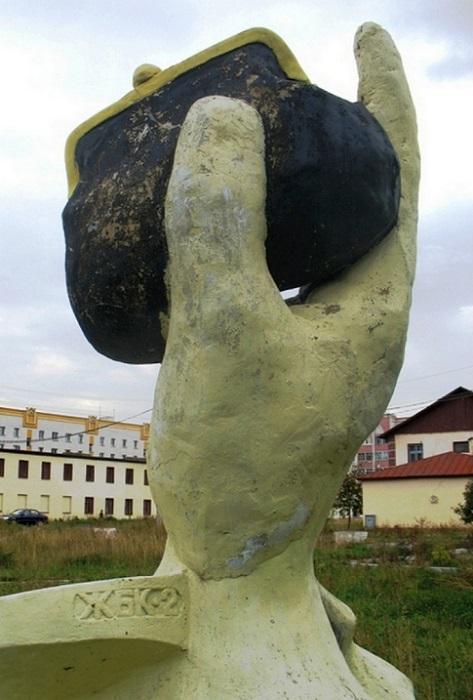 Скульптура в Казани - рука с кошельком. Фото