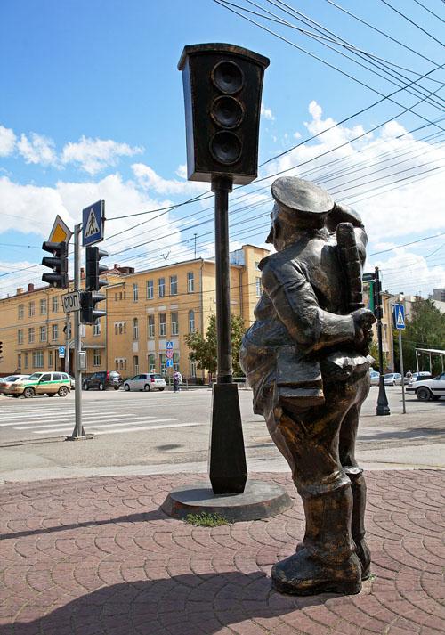 Памятник первому светофору в Новосибирске. Фото