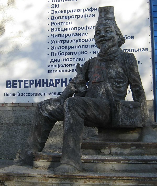 Скульптура Доктора Айболита в Новосибирске. Фото