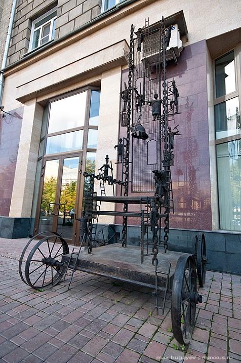 скульптура Трон в Новосибирске. Фото