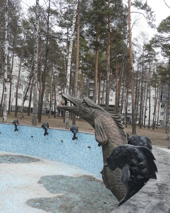 Щука с яйцом в зубах возле памятника Змею Горынычу в Новосибирске. Фото