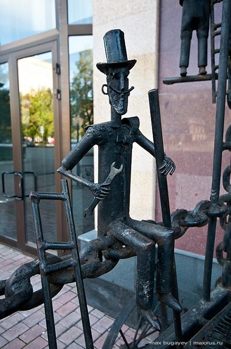 Фргмент скульптуры Трон в Новосибирске. Фото