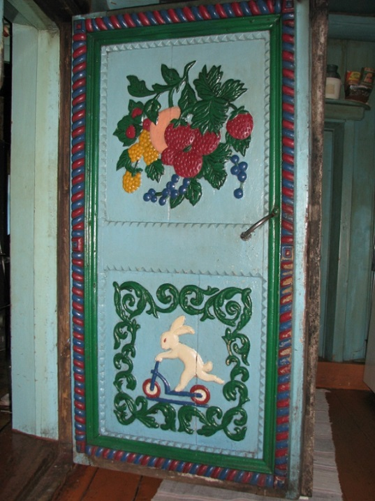 Резная дверь в избе кузнеца Кириллова. Фото