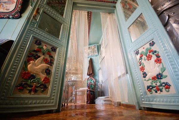 Внутри деревянной резной избы кузнеца Кириллова. Фото