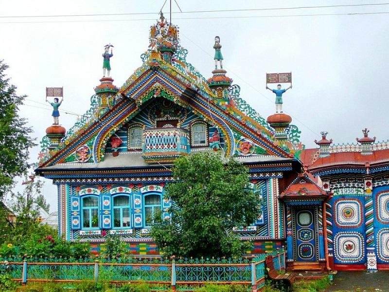 Деревянная резная изба кузнеца Кириллова в селе Кунары. Фото