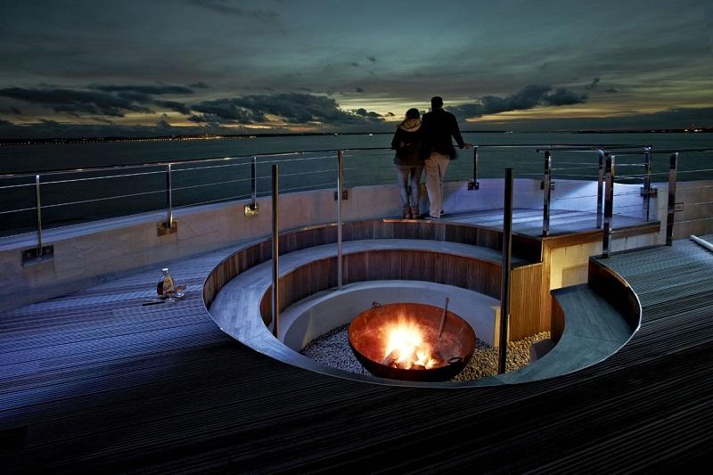 Ночь. Огонь. Отель-форт Спитбанк в Англии. Фото