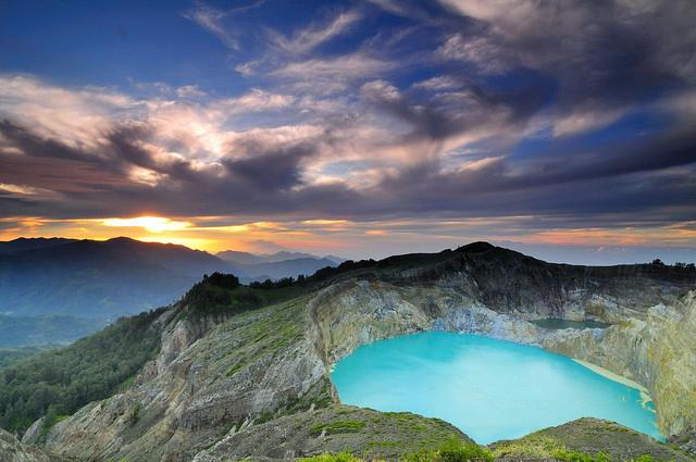 Озера, меняющие цвет в кратере Келимуту. Индонезия