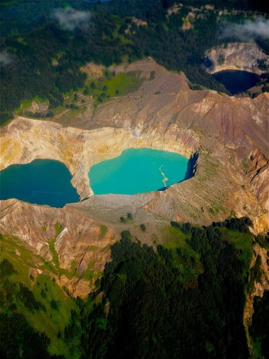 Вид с высоты на цветные озера в Индонезии. Фото