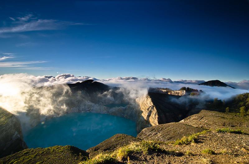 Облака пара над озерами Келимуту. Индонезия. Фото