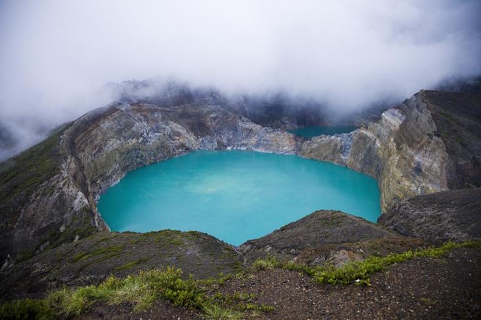 Прекрасные разноцветные озера Келимуту. Индонезия