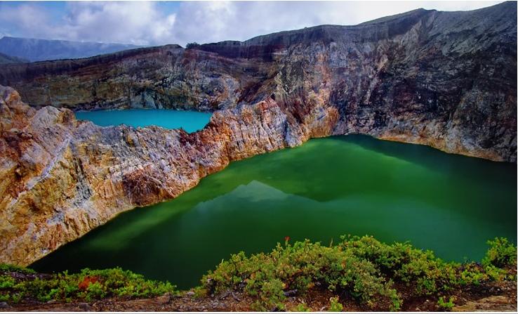 Необычные озера в кратере вулкана Келимуту. Фото